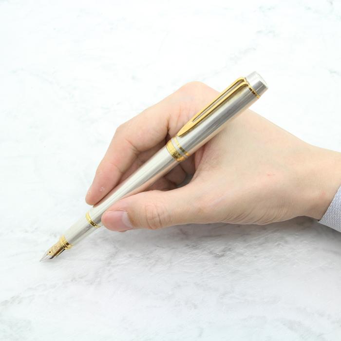 こんなに後ろも握れるので、キャップはつけてもつけなくても良いバランスで書けます