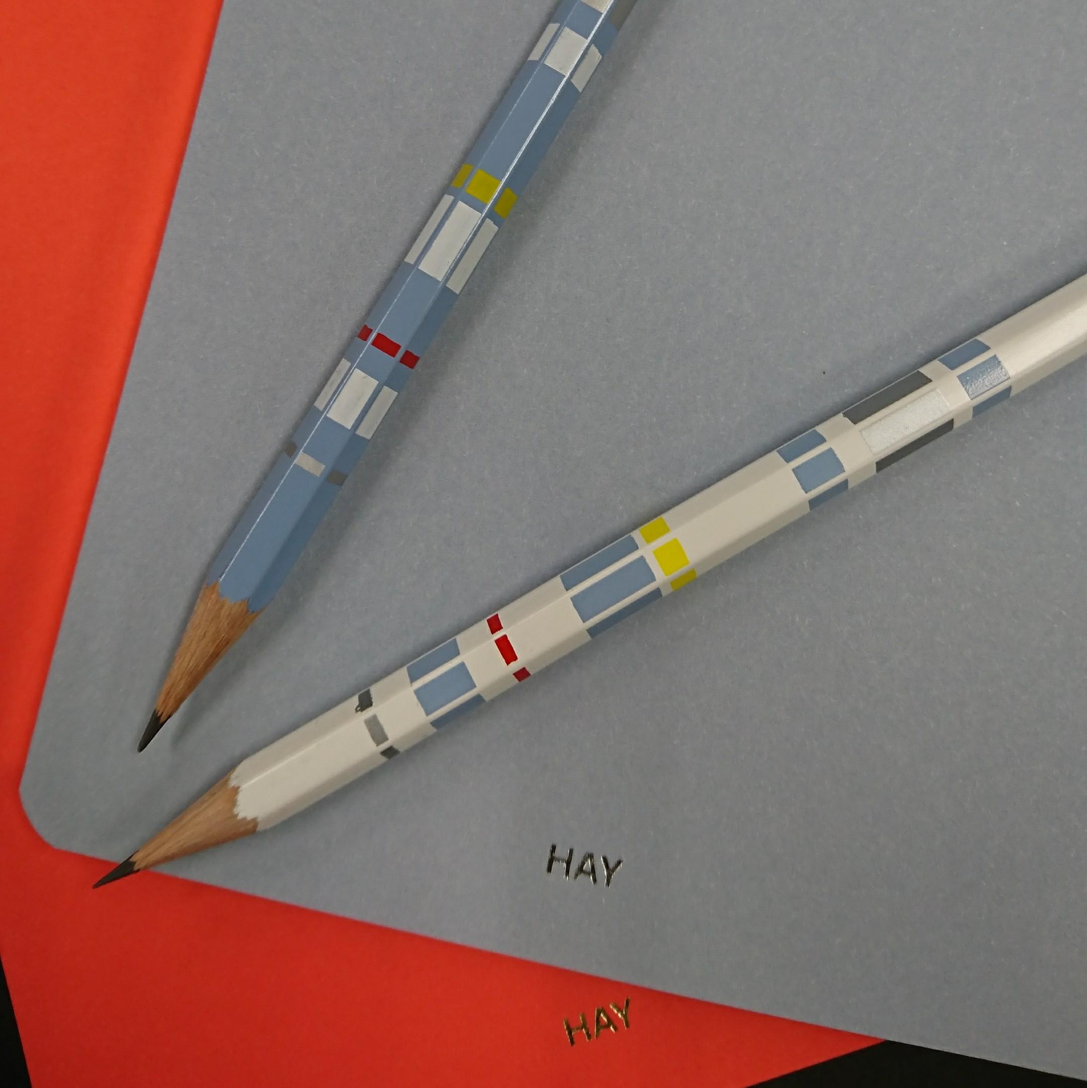 優しい色合いの鉛筆とノート