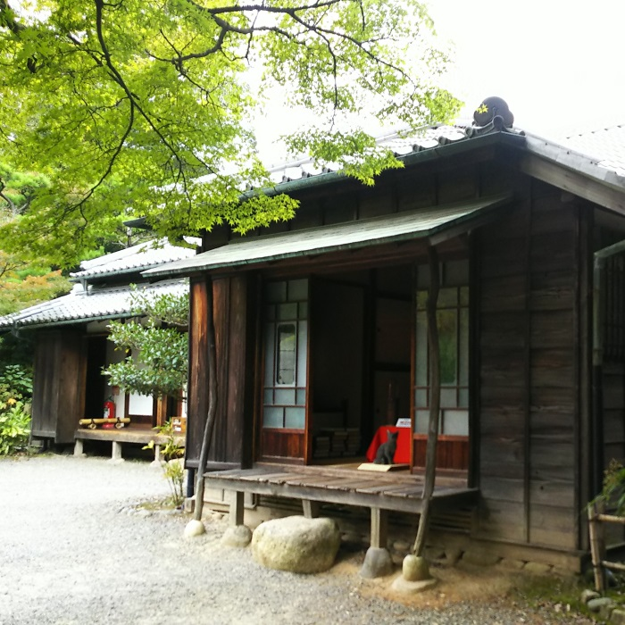 明治23年に森鴎外が、明治36年~39年に夏目漱石が借りて住んでいた建物です。