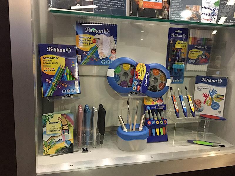 カウンター横には学童向けの新製品などが展示されていました